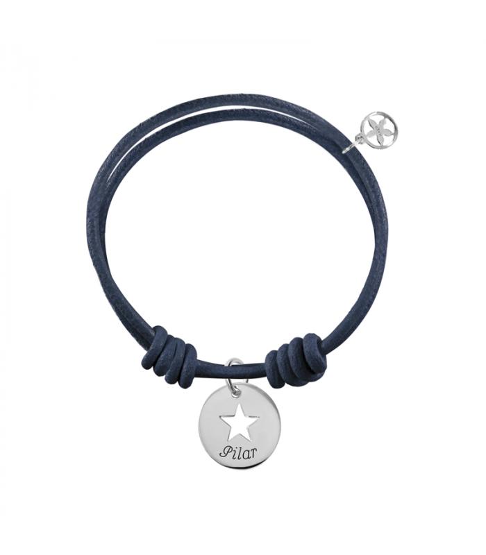905e6ac9deec Pulsera con slim calada de plata personalizada montada en pulsera de cuero  con nudos corredizos. Una pulsera personalizada fácil de ajustar a la  muñeca ...