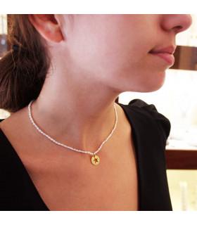 Gargantilla perlas con medalla personalizada