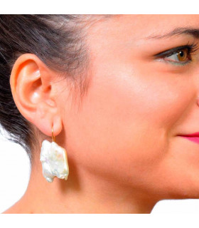 Baroque pearl earring with hook in gold