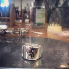 ⭐️Anillo Cera con fetiche de oro⭐️ Con posibilidad de personalizarlo😍 www.joyeriahago.com #artesanosjoyeros #anillo #anilloestrella
