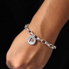 Nueva pulsera personalizada con inicial calada 🎉 ¿No os encanta?😍 Más info en nuestras tienda o en: www.joyeriahago.com #pulseraspersonalizadas #pulserainicial #medallas #medallainicial